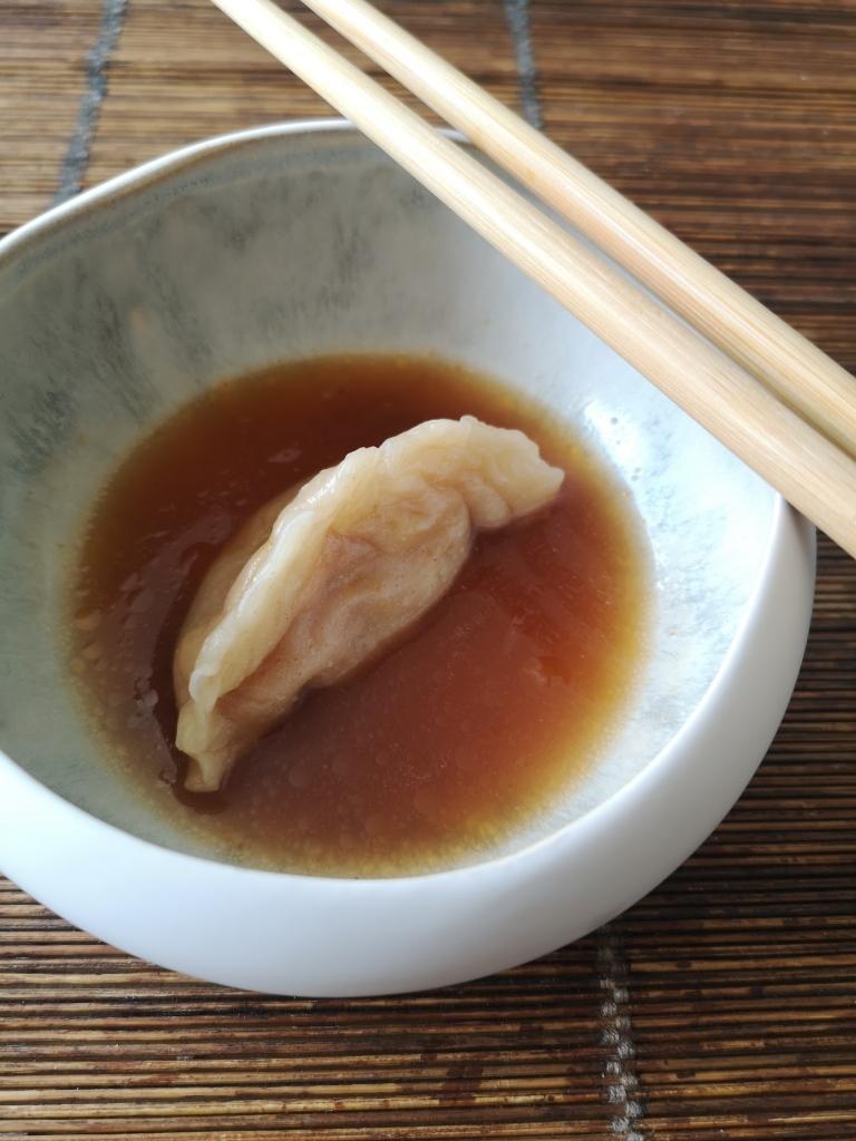 gyozas aux épluchures de légumes, bouillon asiatique